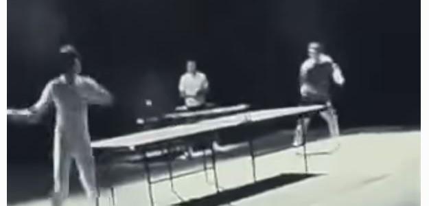 Bruce Lee spielt Ping Pong mit Nunchaku