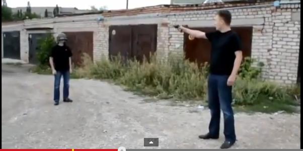 Zwei Irre Russen testen Helm mit einer Pistole